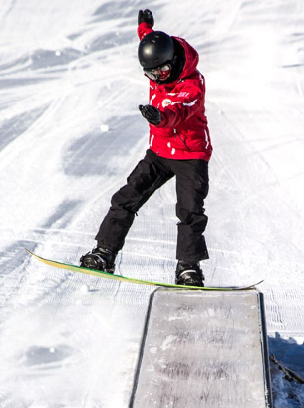Discover the snowpark with our instructors at Veysonnaz Swiss Snowboard school